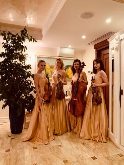 Женский квартет в золотых платьях