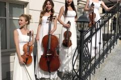 Струнный квартет в делах платьях в ресторане Прага