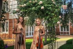 Дуэт скрипачек в саду
