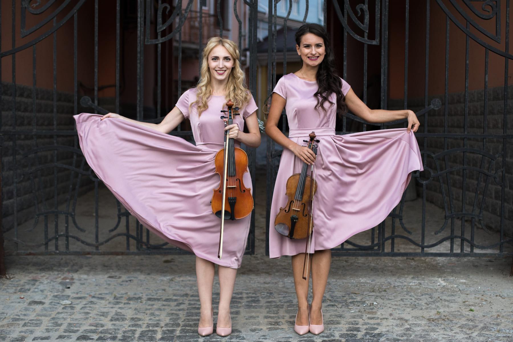 Дуэт в сиреневых платьях